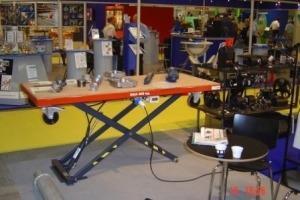 stationært arbejdsbord med produkter på topplade