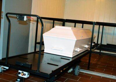 katafalk med hvid kiste og kistereol