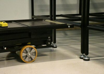 Kistereoler og flytbart arbejdsbord med lav højde