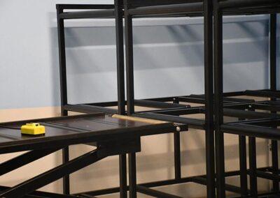 Kistereoler og flytbart arbejdsbord med justerbar højde