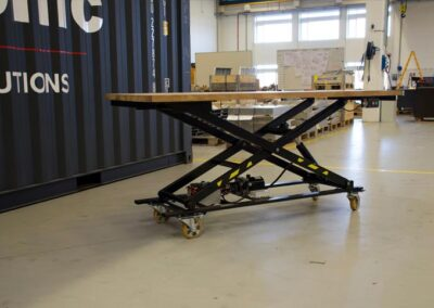 Flytbart Spangkilde arbejdsbord foran container