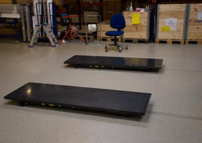 arbejdsbordplader som ligger på gulvet