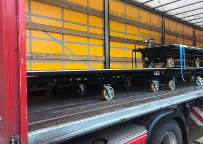 Transportbil med flytbare arbejdsborde